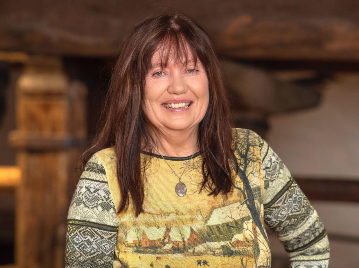 Porträt von Barbara Kretzdorn vor dem Torkel