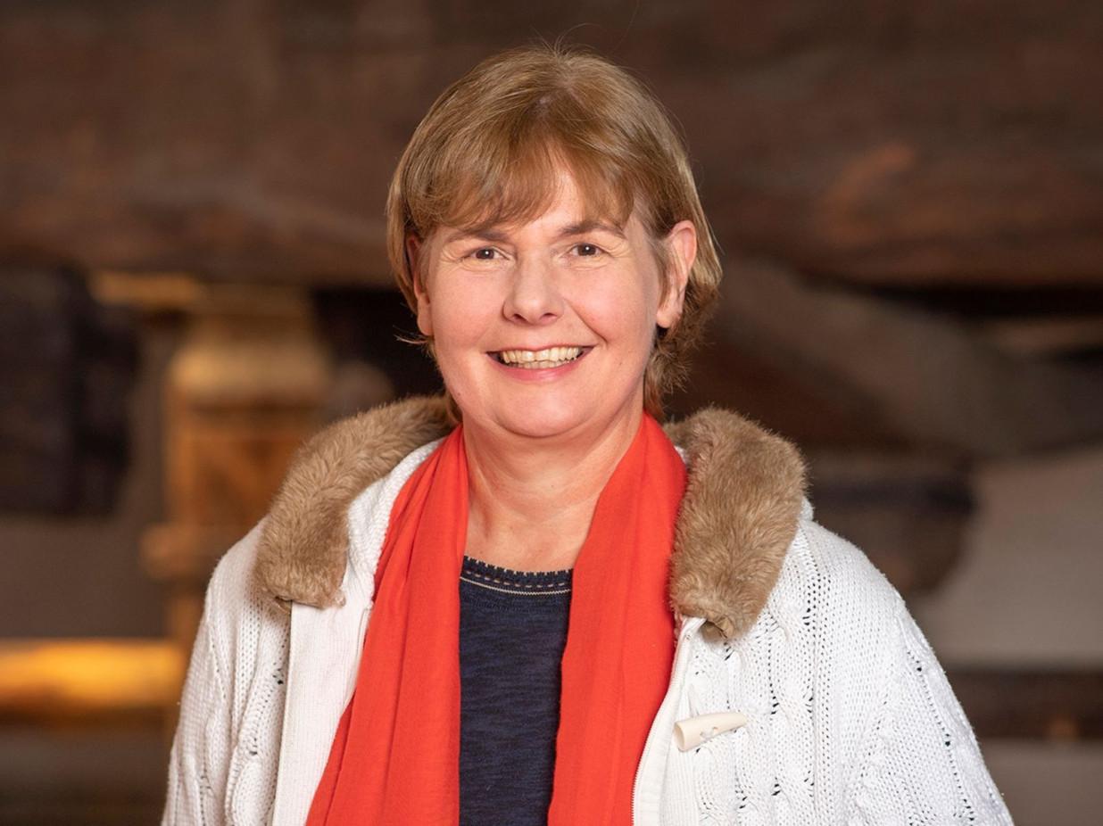 Portrait von Simone Mechsner vor dem Weintorkel
