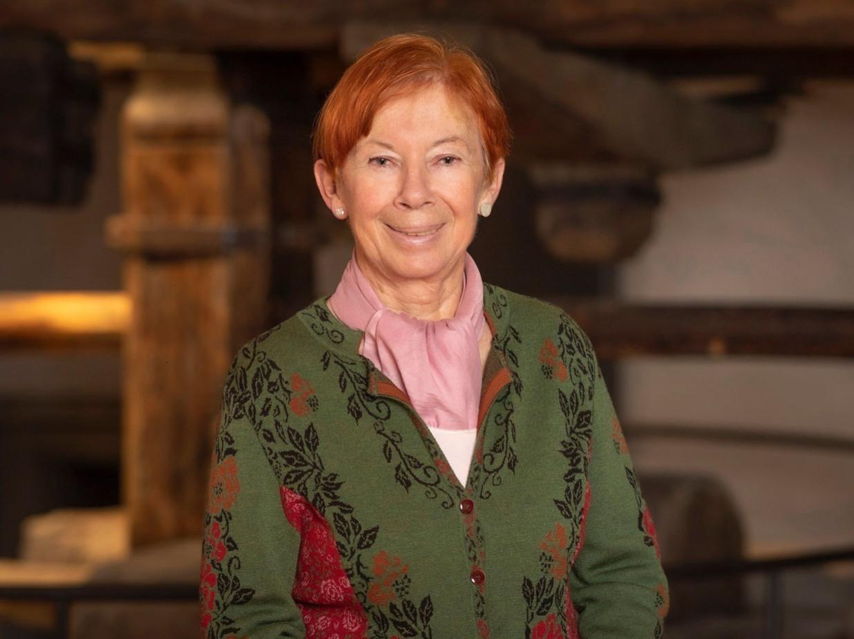 Portrait von Helga Mueller-Schnepper vor dem Torkel